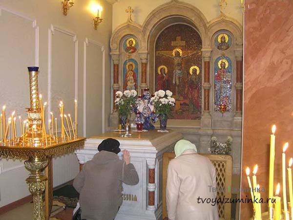 Внутри часовни - гробница Ксении Блаженной