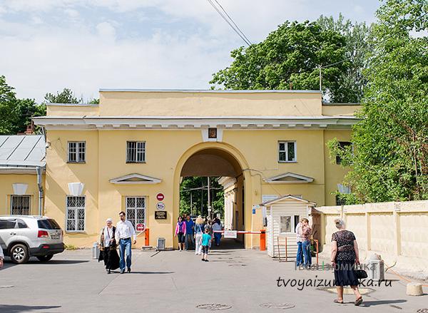 Вход на Смоленское кладбище